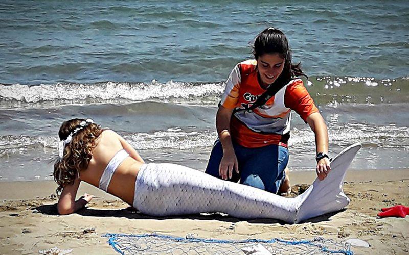 glusirenas-ninas-familia-experiencia-playa-servicio-regalo-comunion-sirenas-valencia-sirenas-sincro-natacion