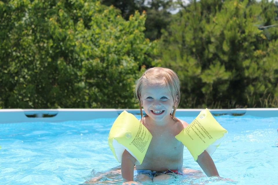 ¿Qué juguetes acuáticos son seguros para mi hijo?